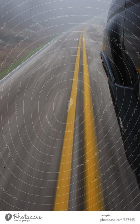 Geschwindigkeitsübertretung Verkehr Verkehrsmittel Straße Autobahn Fahrzeug PKW Linie Streifen Bewegung fahren Risiko Asphalt KFZ Farbfoto Gedeckte Farben