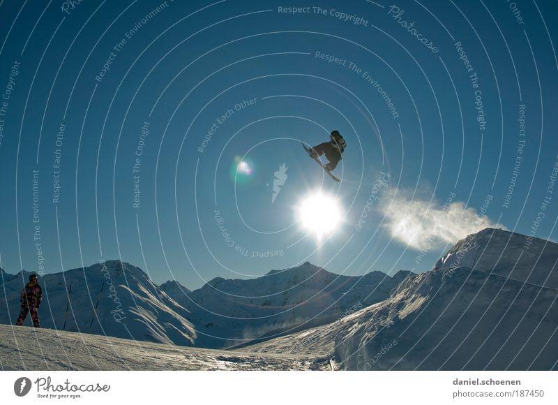 Sprung über die Sonne Ferien & Urlaub & Reisen blau weiß Freude Winter Berge u. Gebirge Gefühle Schnee Glück Freiheit fliegen springen Tourismus