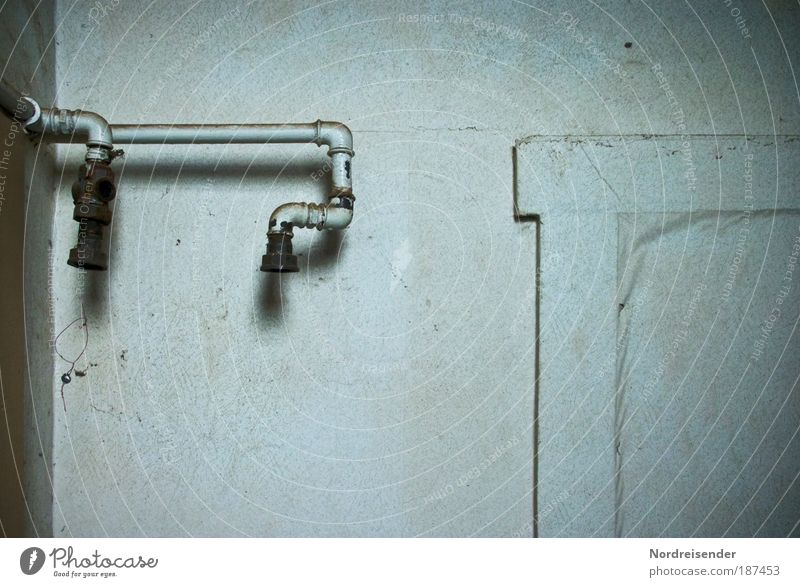 Ich war so hoch auf der Leiter.... alt Einsamkeit Haus dunkel Wand Mauer dreckig Tür Häusliches Leben Energiewirtschaft Armut beobachten kaputt Zeichen