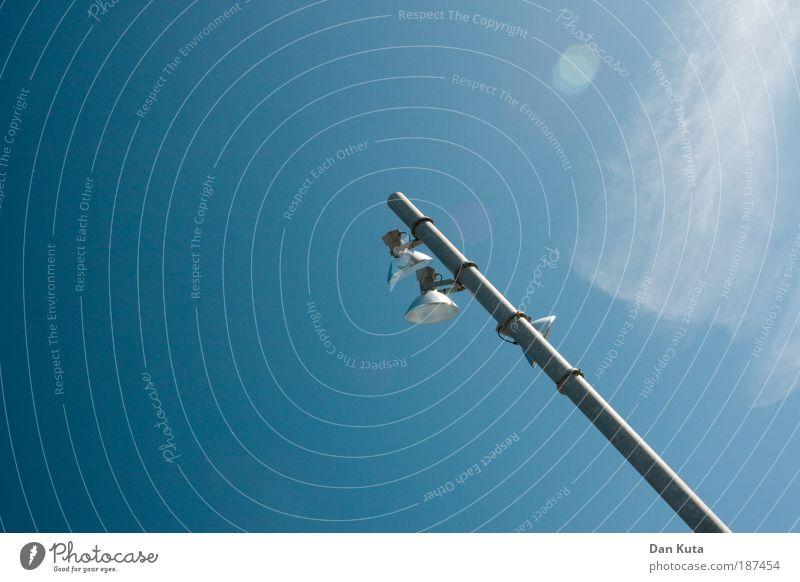 Stablampe Himmel blau Ferien & Urlaub & Reisen Wolken Einsamkeit Metall Lampe hell Beleuchtung Ausflug stehen Laterne erleuchten Mallorca Blendenfleck Flutlicht