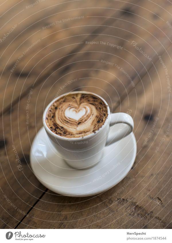 Schaumherz Kaffeetrinken Tasse Holz lecker braun weiß Cappuccino Kaffeeschaum Kakaopulver Herz Untertasse Holztisch rustikal Kaffeetasse Kaffeepause einladend