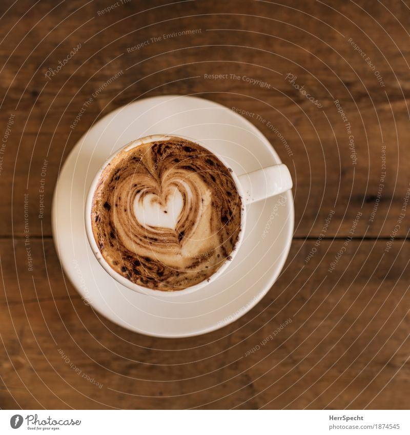 Kaffeekitsch Kaffeetrinken Getränk Heißgetränk Tasse Restaurant Holz Herz braun Untertasse Cappuccino Kaffeeschaum herzförmig Kitsch Vogelperspektive