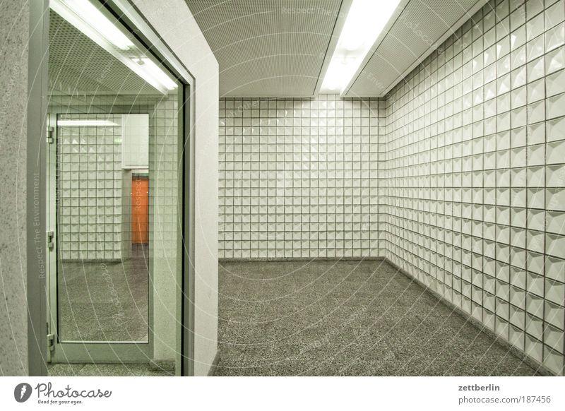Neubau Haus kalt hell Glas Dekoration & Verzierung Fliesen u. Kacheln Eingang Flur Fensterscheibe Neonlicht Scheibe Treppenhaus grell Glasscheibe steril ungemütlich