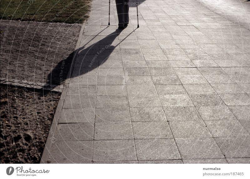 Schatten, Zukunft, Alter Mensch alt Stadt Umwelt Tod Straße Senior Traurigkeit Angst maskulin Platz stehen trist Zeichen Arzt Fußweg