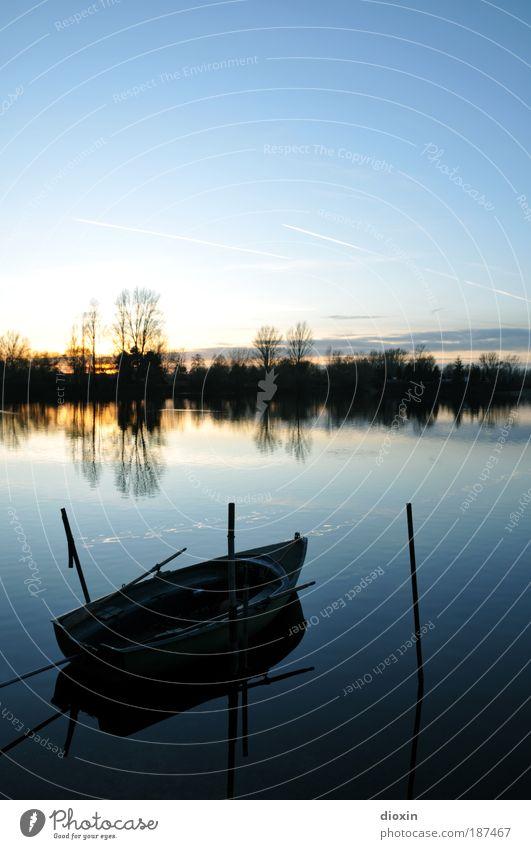 blaue Stunde - 1. Der See Natur Wasser Himmel Baum Sonne ruhig Wolken Erholung Landschaft Wasserfahrzeug Romantik Gelassenheit Seeufer Schönes Wetter