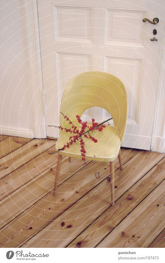 Daheim II Stil Design Wohnung einrichten Innenarchitektur Möbel Stuhl Natur Pflanze Wildpflanze Holz Leder alt ästhetisch authentisch gelb Tür retro