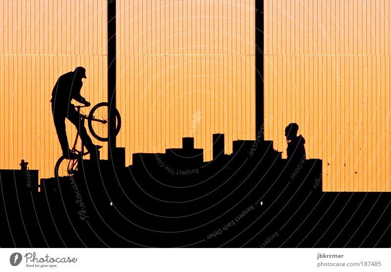 Bikers Freizeit & Hobby Sport Fahrradfahren Halfpipe Mensch maskulin Junger Mann Jugendliche Freundschaft Leben 2 18-30 Jahre Erwachsene Skyline Mütze