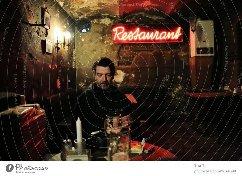 Restaurant Mensch maskulin Mann Erwachsene Freundschaft Kopf 1 45-60 Jahre Freizeit & Hobby Kneipe Berlin Prenzlauer Berg Altbau Farbfoto Innenaufnahme Abend