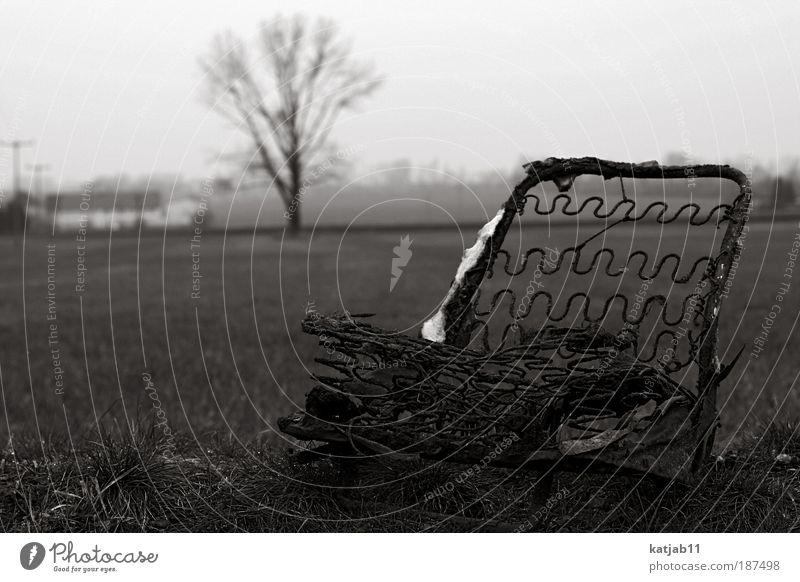 Take A Seat alt weiß Winter schwarz dunkel Landschaft Stimmung Metall dreckig kaputt Vergänglichkeit Dorf Verfall Verzweiflung hässlich Schwarzweißfoto