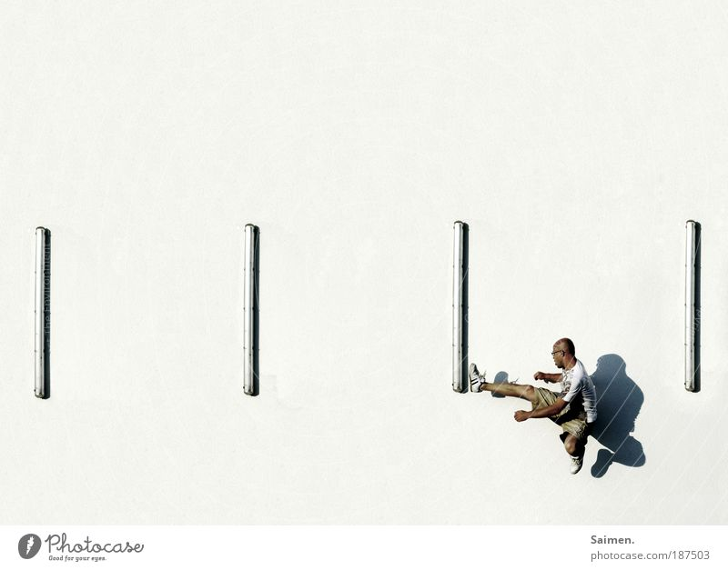 Frustkompensation auf hohem Niveau Mensch Mann Erwachsene Erholung Wand Sport Gefühle springen Mauer Kraft Perspektive maskulin kaputt Macht Schatten Wut