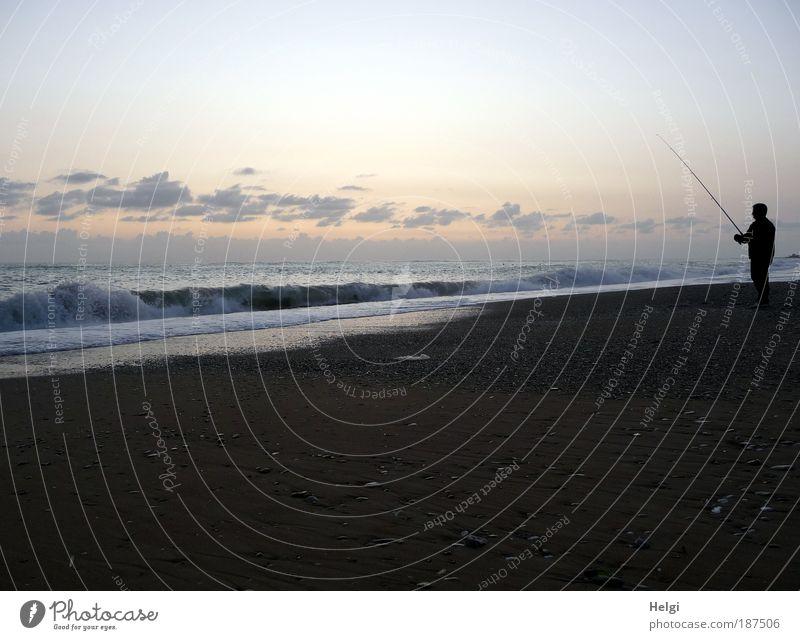 einsamer Angler Mensch Mann Natur blau Wasser Meer Strand Wolken ruhig Erwachsene Erholung gelb Herbst Umwelt Landschaft Sand