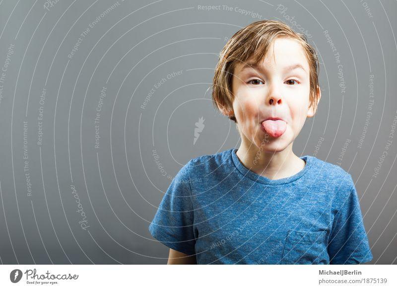 Junge streckt Zunge aus Freude Kind Mensch maskulin Kindheit Kopf 1 3-8 Jahre Gefühle Wut Ärger gereizt frech ausgestreckt Spaßvogel Unsinn Farbfoto