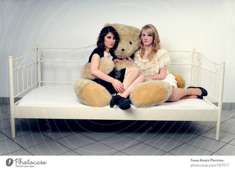 damals. feminin Junge Frau Jugendliche 2 Mensch sitzen außergewöhnlich dünn hell kalt Gefühle Reinheit elegant einzigartig Reichtum Teddybär Bett Puppe Kleid
