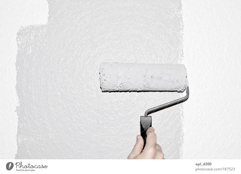 Grau malen Mensch maskulin Hand Finger 1 Mauer Wand streichen ästhetisch authentisch grau weiß Coolness Zufriedenheit Farbfoto Gedeckte Farben Innenaufnahme