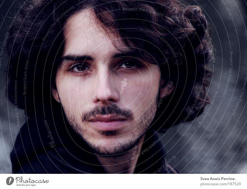 Gedanken verlieren sich, Träume zergehen. Natur Jugendliche blau Wasser schön Einsamkeit schwarz Gesicht Erwachsene Auge kalt Gefühle Haare & Frisuren Denken