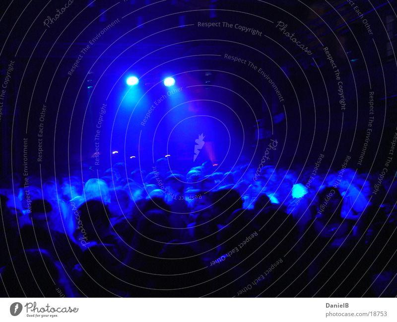 Party in Blue Disco Club blau Tanzen Beleuchtung Freude Feste & Feiern Bewegung Partygast Menschengruppe Lichtschein Beleuchtungselement viele dunkel Nachtleben