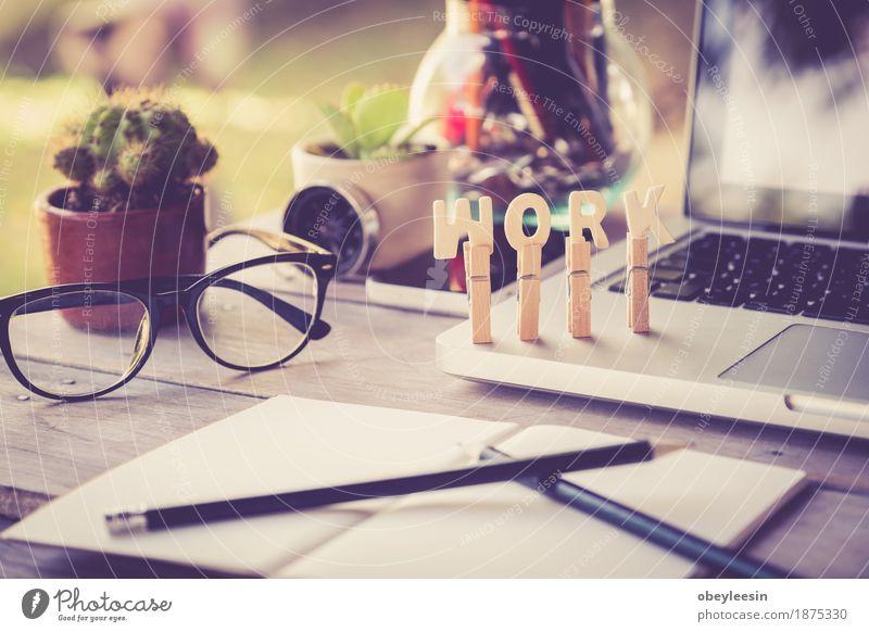 Schreibtisch Tisch mit Computer, Zubehör, Erfolg Vintage Freude Lifestyle Stil Kunst Glück Design Abenteuer Geld Künstler sparen