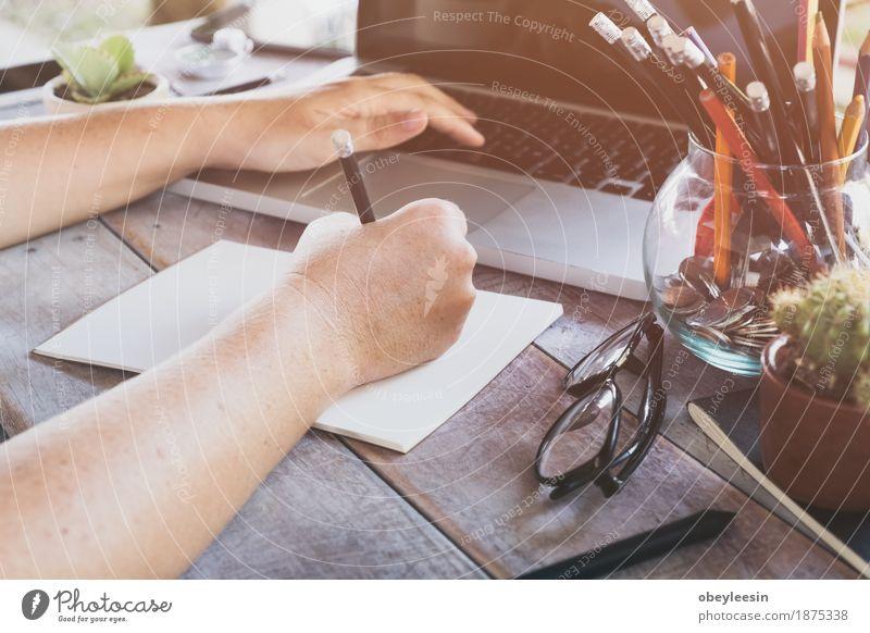 Eine Geschäftsfrau, die an dem Laptop im Büro arbeitet Mensch Freude Lifestyle Stil Kunst Glück Design Abenteuer Geld Künstler sparen