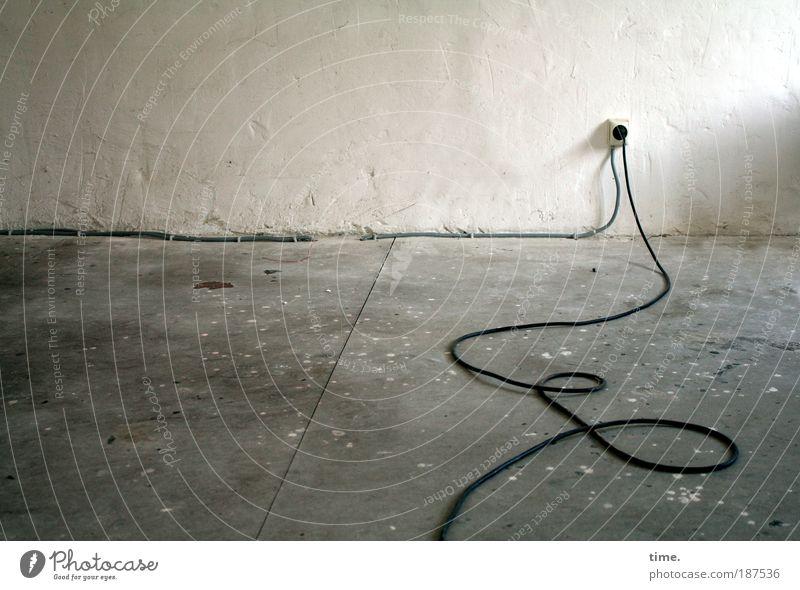 Lebenslinien #10 alt Wand grau Mauer Raum Elektrizität Ecke Kabel Bodenbelag Kontakt Verbindung schäbig Putz Steckdose biegen Stecker