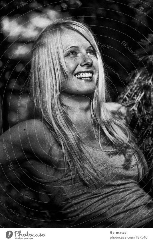 Ira Mensch Natur Jugendliche schön Freude feminin Frau Porträt Glück lachen sitzen Fröhlichkeit authentisch natürlich Blick nach oben Junge Frau
