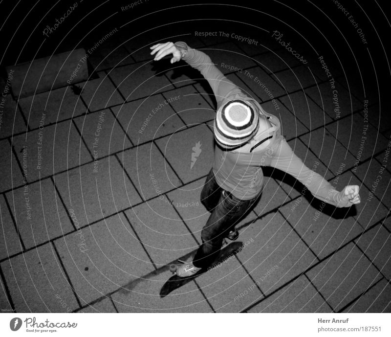 Nachtflug Skateboard feminin Junge Frau Jugendliche 1 Mensch fliegen grau schwarz weiß Schwarzweißfoto Blitzlichtaufnahme Vogelperspektive Ganzkörperaufnahme