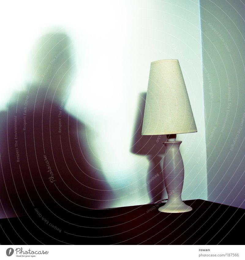 schattenmann Mann Erwachsene Schatten Schattenspiel Lampe Stehlampe Tisch Ecke Geister u. Gespenster Silhouette Lampenschirm Farbfoto Gedeckte Farben
