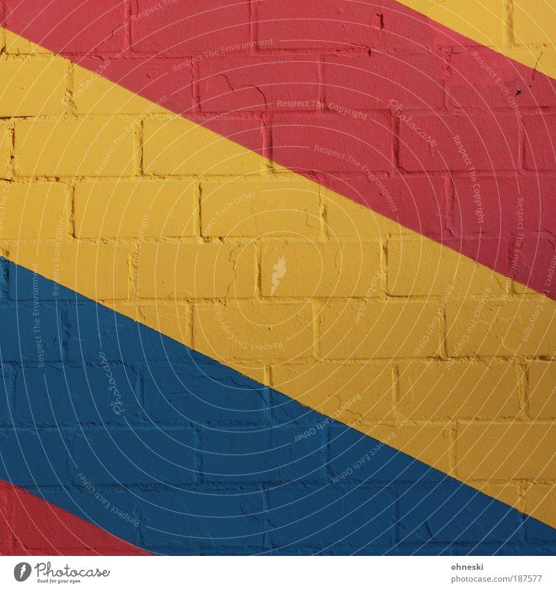 Gestreift blau rot Haus gelb Farbe Wand Stein Mauer Gebäude Architektur Fassade streichen Bauwerk Muster malen Maler