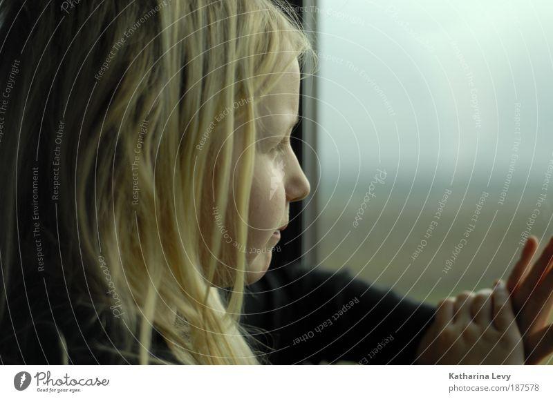 Fernweh Mensch Kind Kindheit Kopf Haare & Frisuren Hand 1 3-8 Jahre Haus Fenster Personenverkehr Öffentlicher Personennahverkehr Bahnfahren blond langhaarig