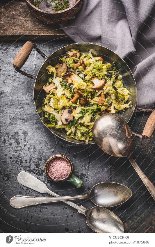 Vegetarisches Gericht mit Kohl und Pilzen Gemüse Suppe Eintopf Kräuter & Gewürze Ernährung Mittagessen Bioprodukte Vegetarische Ernährung Diät Geschirr Topf