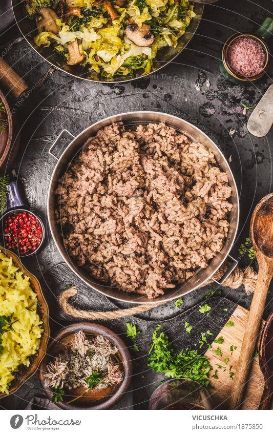 Hackfleisch im Kochtopf auf rustikalem Küchentisch Gesunde Ernährung Foodfotografie Stil Lebensmittel Design Tisch Kräuter & Gewürze Gemüse Bioprodukte Geschirr