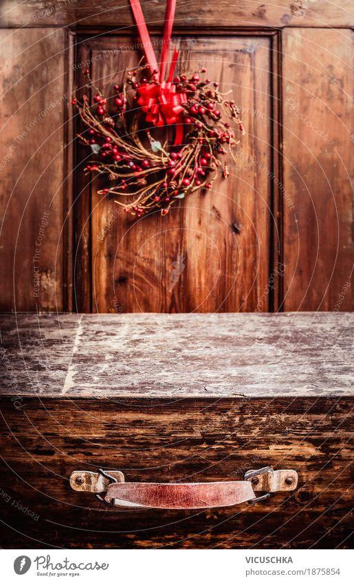 Alter Koffer, rustikaler Hintergrund mit Weihnachtskranz Stil Design Freude Ferien & Urlaub & Reisen Winter Häusliches Leben Innenarchitektur