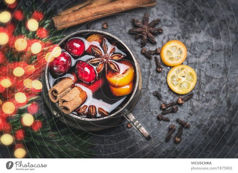 Tasse mit Glühwein , Gewürzen und Bokeh Beleuchtung Lebensmittel Frucht Kräuter & Gewürze Ernährung Festessen Getränk Heißgetränk Stil Design Winter