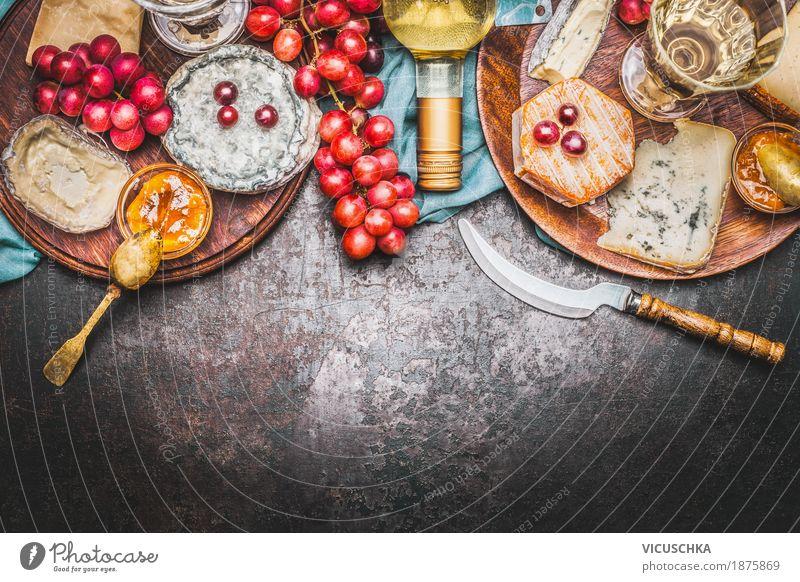 Käse-Auswahl mit Flasche Wein, Honig-Senf-Sauce und Weintrauben Lebensmittel Frucht Ernährung Festessen Bioprodukte Getränk Geschirr Schalen & Schüsseln Messer