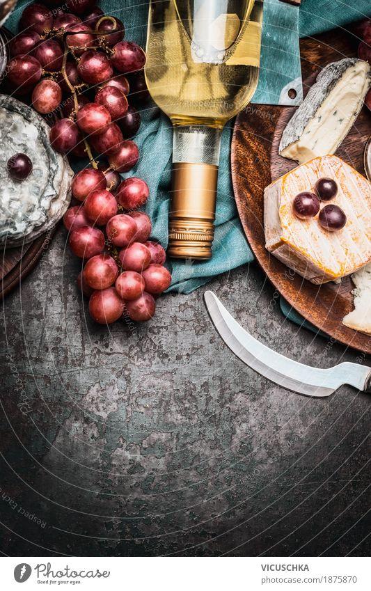 Käse mit Wein und Trauben Lebensmittel Milcherzeugnisse Frucht Ernährung Festessen Getränk Messer Stil Design Tisch Party Veranstaltung Restaurant gelb Brie