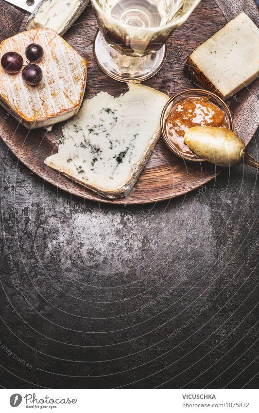 Wein und Käse Lebensmittel Frucht Festessen Getränk Alkohol Stil Design Häusliches Leben Tisch Restaurant gelb Snack Käseplatte Weichkäse Camembert rustikal
