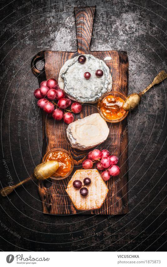Weichkäse-Auswahl mit Trauben und Honig-Senf-Sauce Lebensmittel Käse Milcherzeugnisse Frucht Dessert Ernährung Büffet Brunch Festessen Geschirr