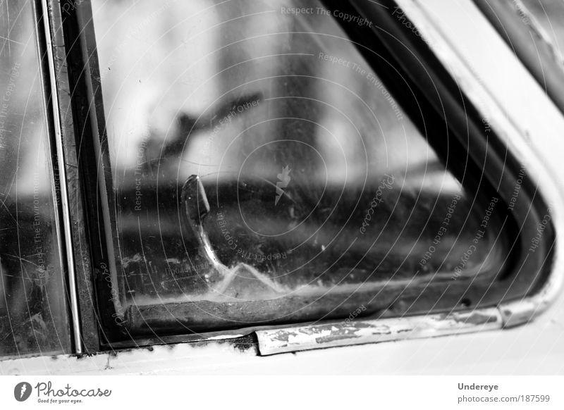 alt PKW Metall dreckig Glas Armut Mensch Schwarzweißfoto Billig kratzen Lüftung