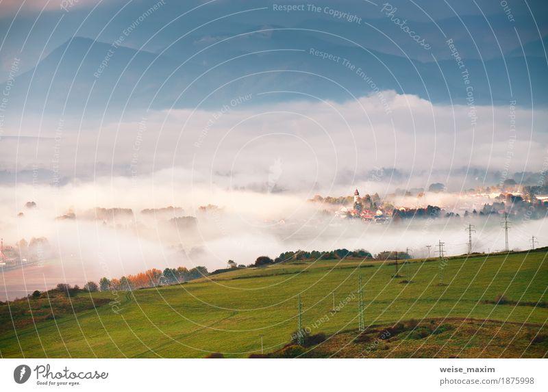 Nebeliger sonniger Morgen im Bergdorf Natur Ferien & Urlaub & Reisen Sommer grün weiß Landschaft Haus Ferne Berge u. Gebirge Herbst Wiese natürlich Tourismus