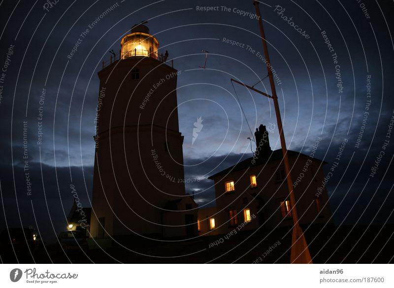Erleuchtung Meer ruhig Haus Wolken Ferne Küste Hoffnung Schutz Nachthimmel Sehnsucht Gelassenheit Konzentration Wachsamkeit Schifffahrt Leuchtturm
