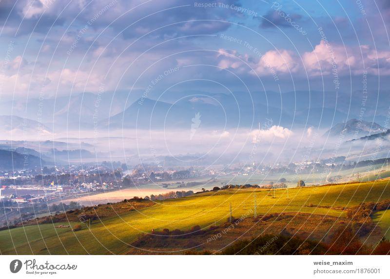 Nebeliger sonniger Morgen im Bergdorf. Misty Hügel Himmel Natur Ferien & Urlaub & Reisen Pflanze Sommer grün weiß Landschaft Wolken Haus Ferne Wald