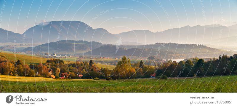 Sonniges Morgenpanorama des Slowakei-Herbstes. Dorf im Tal. Himmel Natur Ferien & Urlaub & Reisen blau Sommer grün Baum Landschaft Haus Wald Berge u. Gebirge