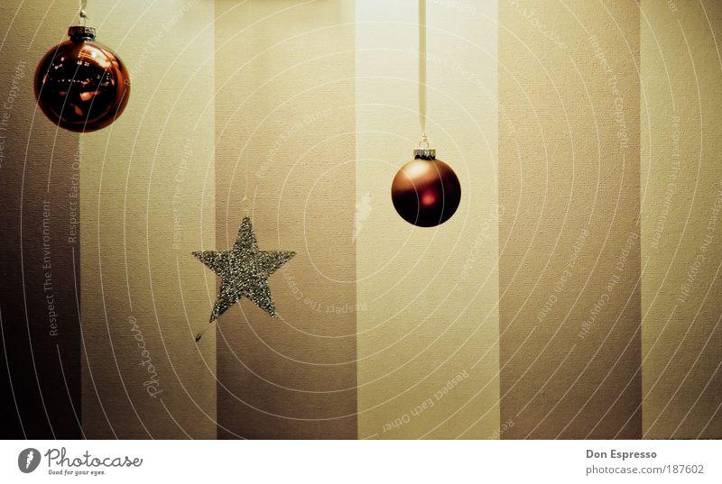 Zunehmend farbloser Weihnachten & Advent rot Wand Mauer Zufriedenheit Stimmung Raum Zusammensein Feste & Feiern Wohnung Design Fassade Fröhlichkeit trist Kitsch