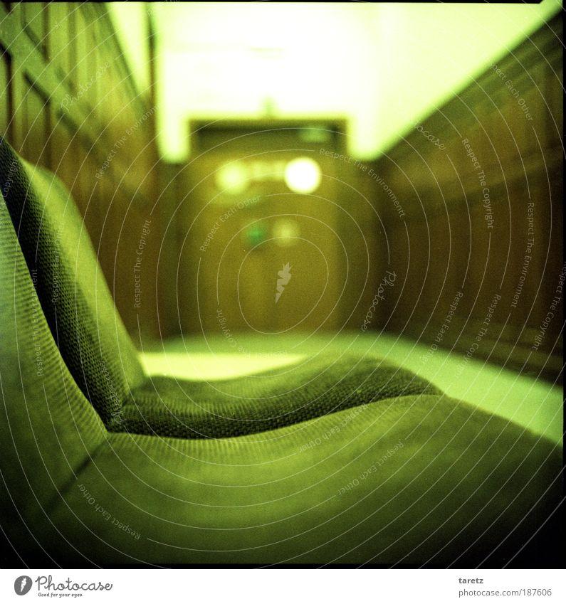 Ich warte hier schon ewig alt grün Raum Einsamkeit dunkel Holz braun Farbe warten leer Menschenleer trist Sitzgelegenheit lang Möbel Stillleben