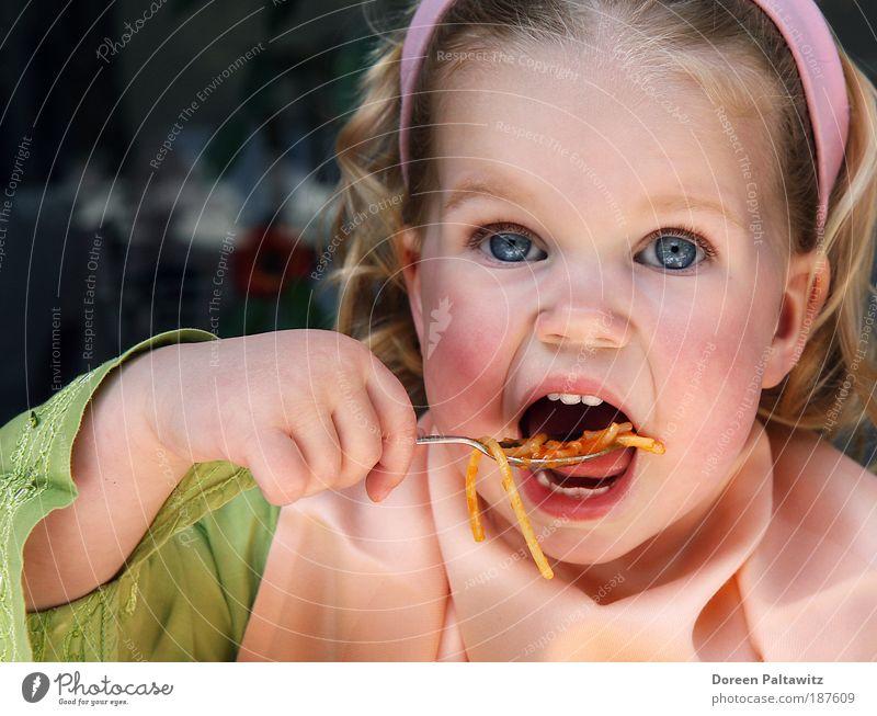Alle Kinder lieben Spaghetti Mensch Mädchen grün Nudeln Ernährung Porträt Außenaufnahme blond Essen Lebensmittel Farbe natürlich Kindheit lecker Kleinkind