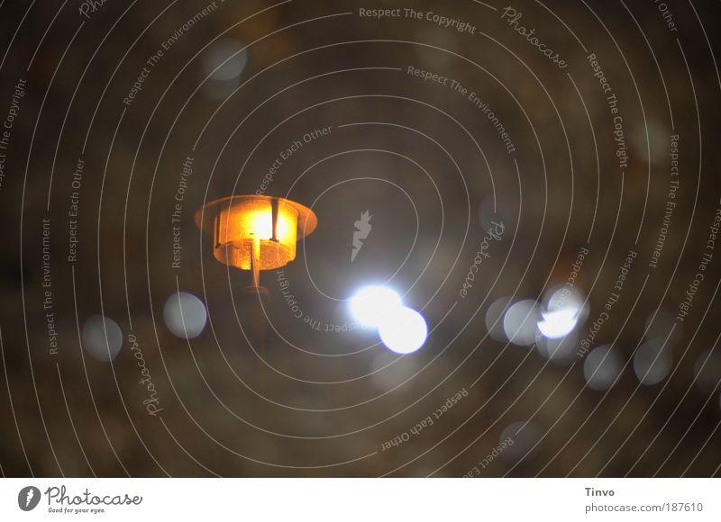 ein Licht kann so vieles sein Einsamkeit dunkel Wärme Traurigkeit Regen Beleuchtung Energiewirtschaft Hoffnung leuchten Trauer Sehnsucht Laterne