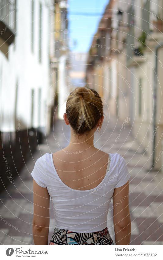 standhaft Ferien & Urlaub & Reisen Ausflug Sightseeing Häusliches Leben Wohnung feminin Junge Frau Jugendliche Körper Kopf Haare & Frisuren Rücken 18-30 Jahre