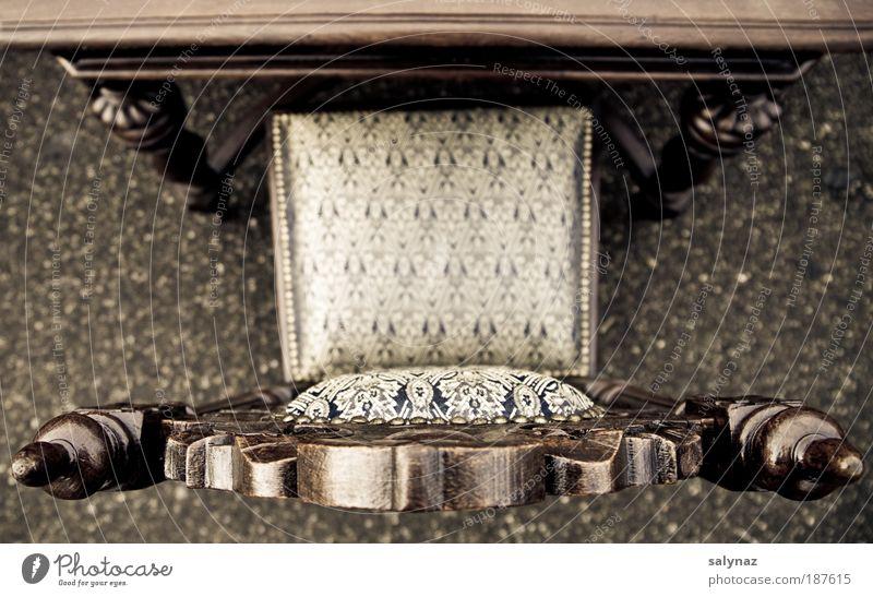 prendre place Stuhl Stuhllehne Holz Ornament elegant fest nah blau braun gold Symmetrie Häusliches Leben Flohmarkt Farbfoto Gedeckte Farben Außenaufnahme