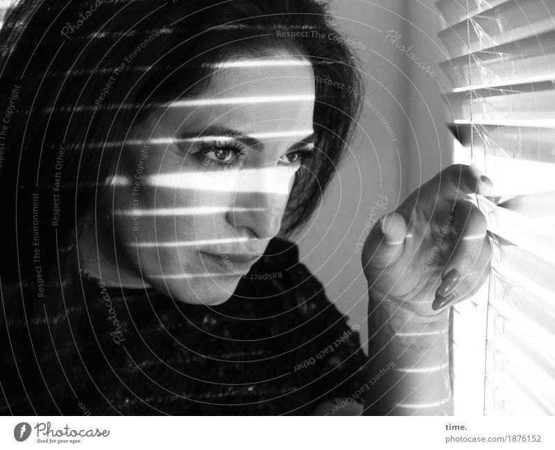. Raum Jalousie feminin 1 Mensch Pullover schwarzhaarig langhaarig beobachten festhalten Blick warten schön Willensstärke Sicherheit Schutz Verschwiegenheit