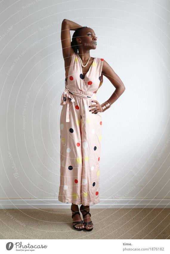 . Mensch Frau schön Erwachsene feminin stehen beobachten Leidenschaft langhaarig schwarzhaarig selbstbewußt Afro-Look Hosenanzug