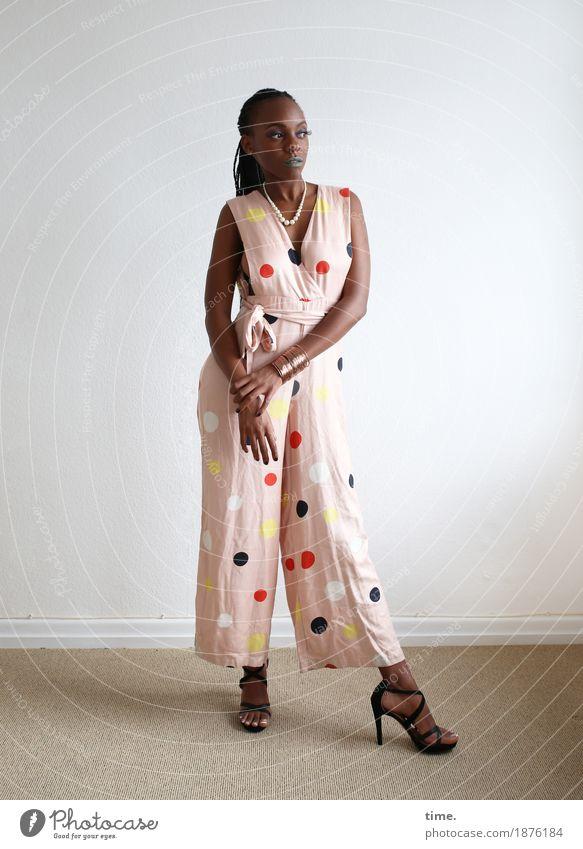 . Raum feminin Frau Erwachsene 1 Mensch Hosenanzug Schmuck Damenschuhe schwarzhaarig Zopf beobachten Blick stehen warten schön selbstbewußt Coolness Wachsamkeit